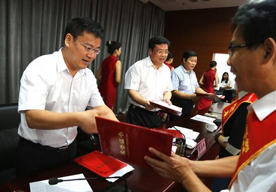 我县隆重举行第32个教师节庆祝表彰大会