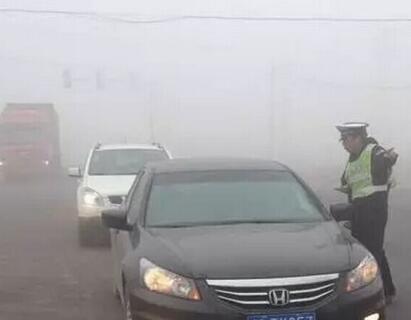 东海交警全警动员战大雾
